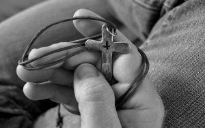 Kors vedhæng med lædersnor