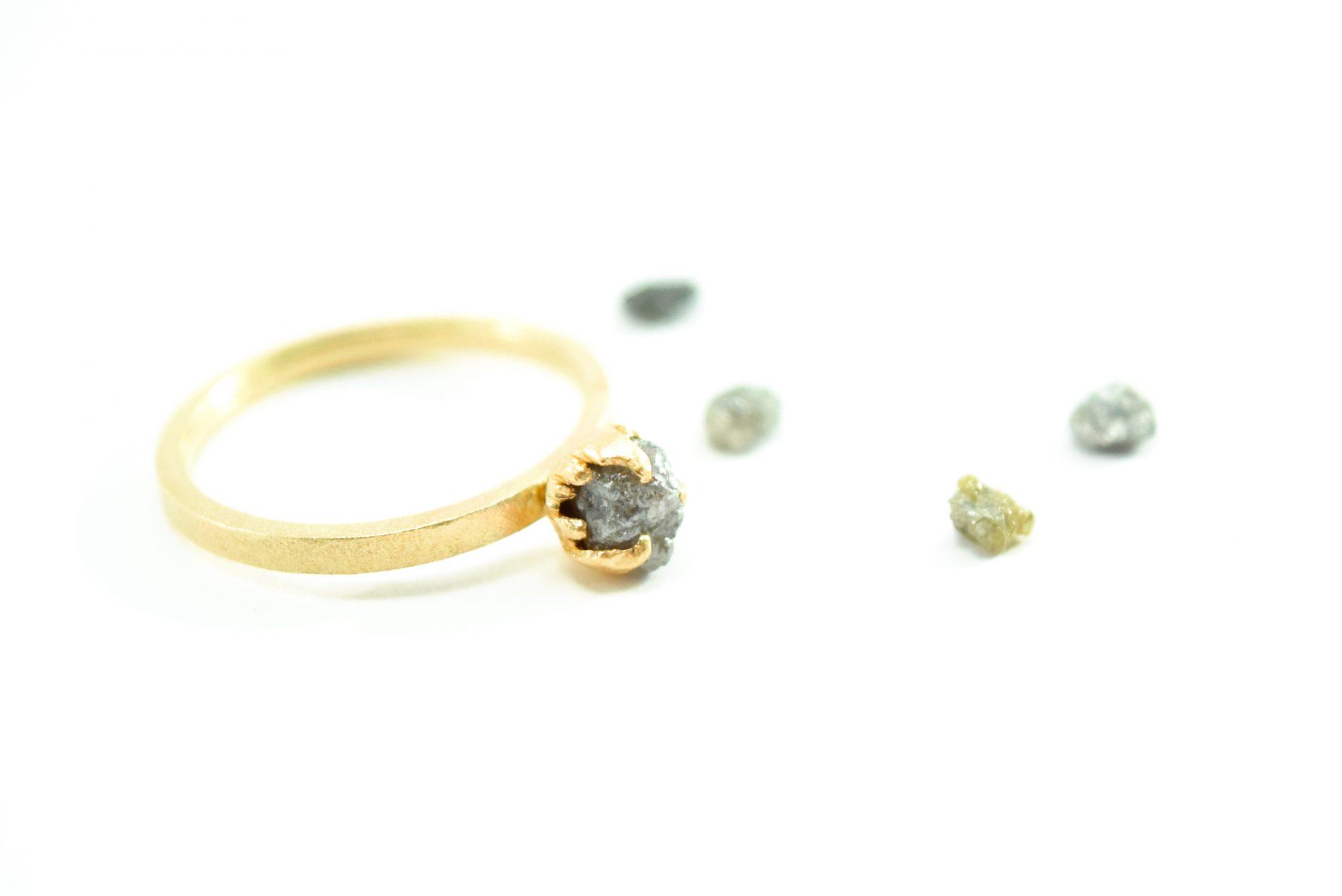 Guld ring med rådiamant