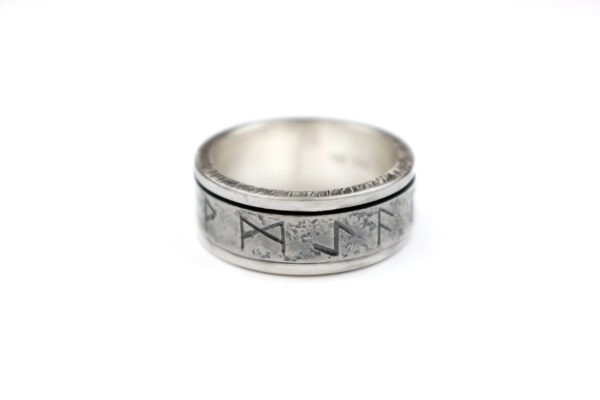 Sølvring med runer